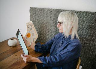 ape-sociale-2021-donna-con-tablet